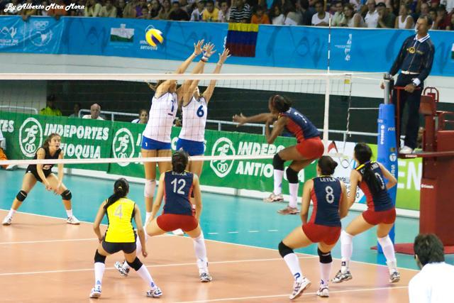 cuantos jugadores conforman un partido de voleibol